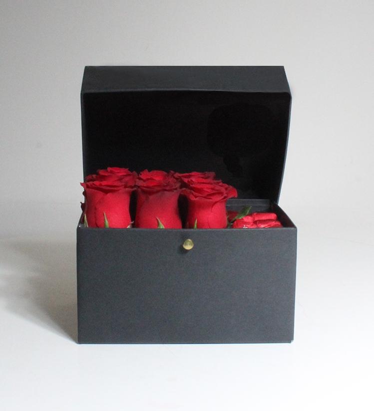 Siyah Kutuda Kırmızı Güller ve Misdiba Kalpli Çikolata