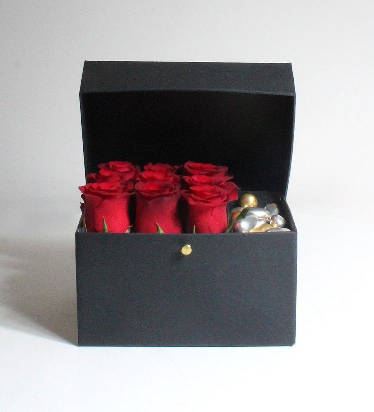 Siyah Kutuda Kırmızı Güller ve Misdiba Çikolatalı Drajeler