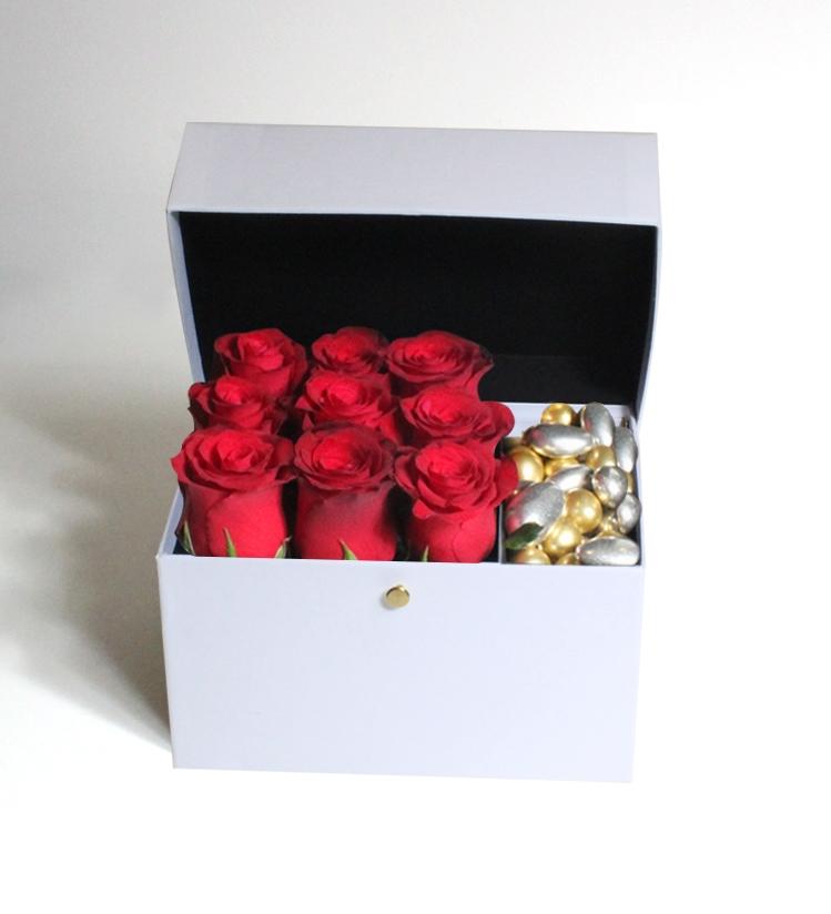 Beyaz Kutuda Kırmızı Güller ve Misdiba Çikolatalı Drajeler