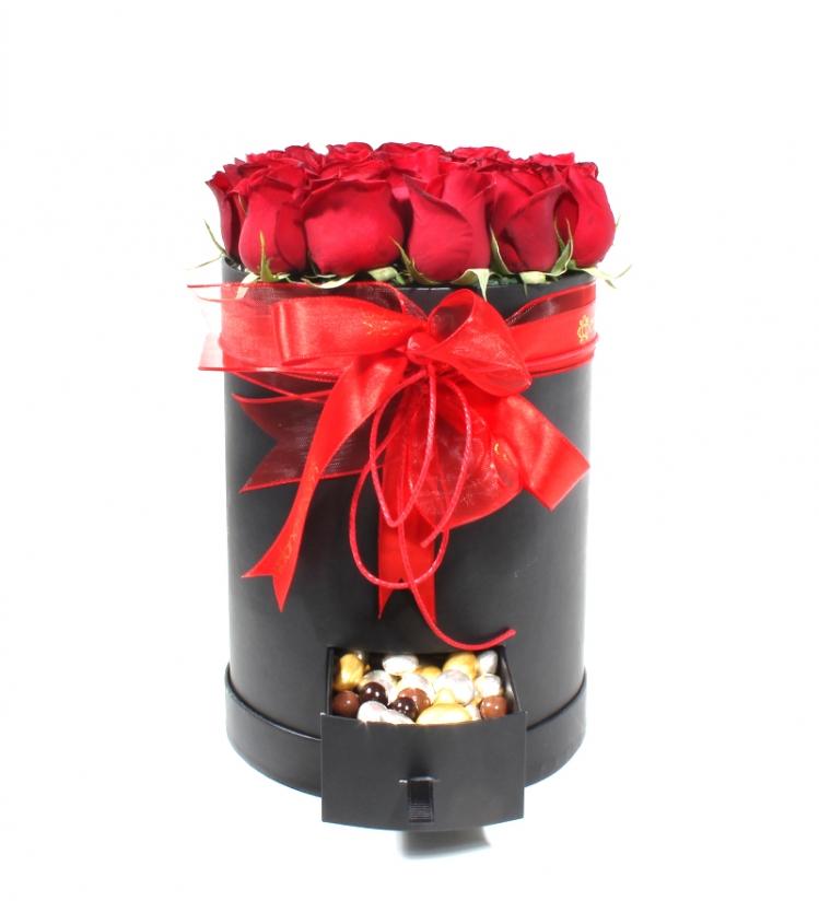 Çekmeceli Kutuda Kırmızı Güller ve Drajeler