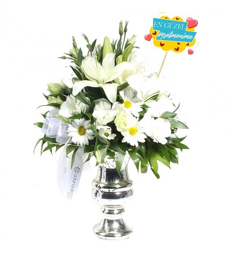 En Güzel Öğretmene Vazoda Beyaz Çiçekler