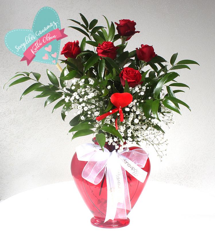 Sevgiliye Kalpli Kırmızı Cam Vazoda 5 Kırmızı Gül