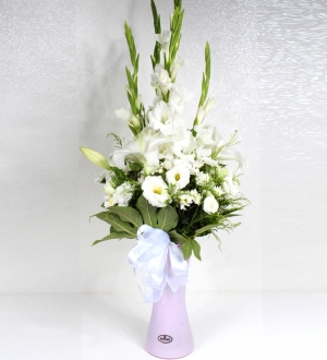Pembe Cam Vazoda Beyaz Çiçekler
