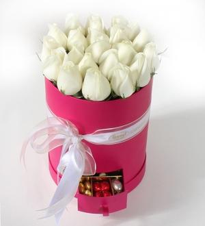 Çekmeceli Kutuda Beyaz Güller Sargılı Kalpli Çikolata ve Drajeler