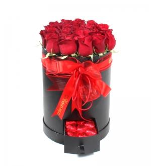 Çekmeceli Kutuda Kırmızı Güller ve Sargılı Kalpli Çikolata