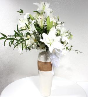 Dekoratif Seramik Vazoda Beyaz Çiçekler